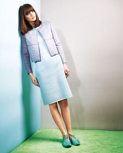 Graue Steppjacke aus trendy Neopren: Cacharel, ca. 290 Euro. Leicht transparentes Etuikleid in Mintgrün: Blacky Dress, ca. 250 Euro. Schuhe: Stella McCartney/ Adidas.