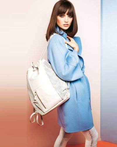 Lust auf Luxus? Hellblauer Mantel aus edlem Wolle-Kaschmir-Angora-Mix: Escada, ca. 2000 Euro. Helle Jeans: Pepe Jeans, ca. 110 Euro. XL-Turnbeutel aus Leder: Filippa K.