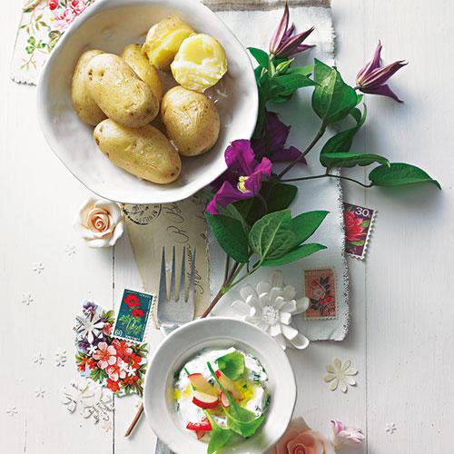 Wir haben den Klassiker frühlingsfein gemacht: mit knusprigen Mandelkeksen (Cantuccini) und dem beglückend süß-sauren Duo Mascarponecreme und Rhabarber. Zum Rezept: Kartoffeln mit Kräuterquark