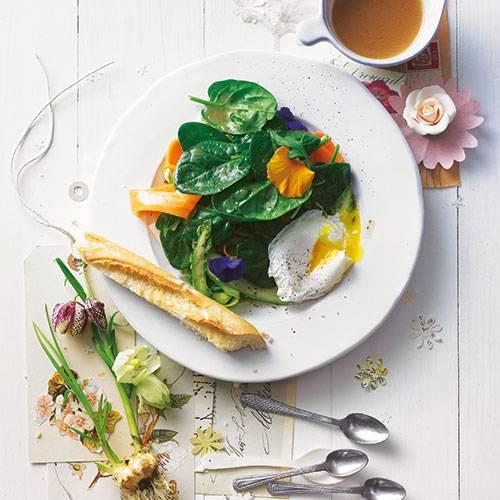 Schön mild und die Blätter zart: Junger Blattspinat macht sich prima als Salat. Grünen Spargel, Möhren und Wildkräuter dazu - und das pochierte Ei, ein Klassiker, den man viel zu selten genießt. Zum Rezept: Frühlingssalat mit pochiertem Ei