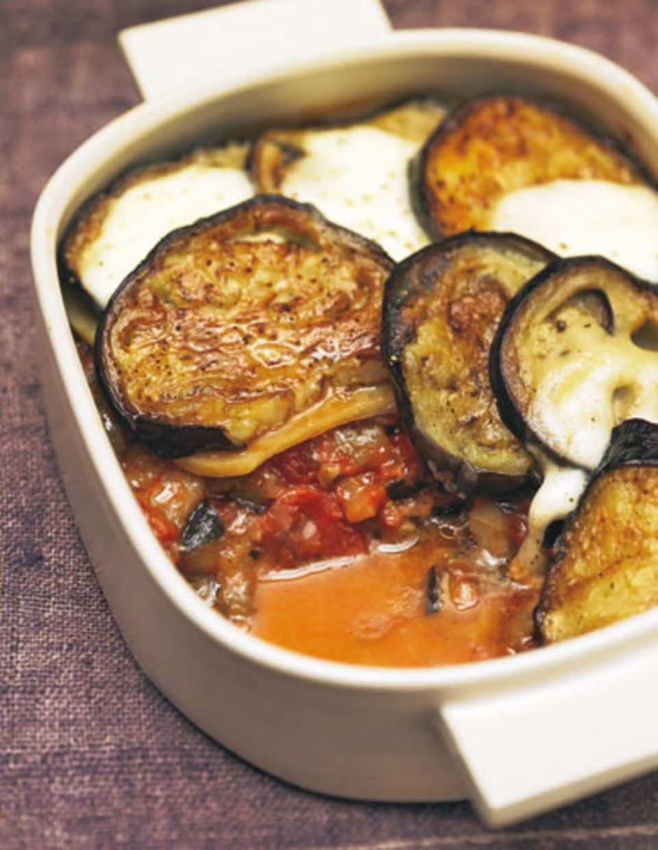 Moussaka ohne Fleisch - aber vermissen werden Sie es nicht. Auberginen, Tomaten, Oregano, Käse - nichts fehlt! Zum Rezept: Auberginen-Moussaka
