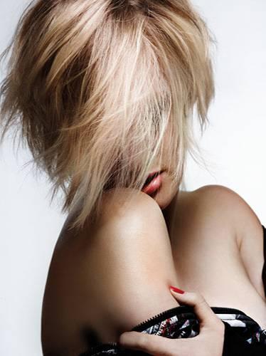 Haarfarben-Trends: Manchmal überkommt uns einfach die Lust auf Veränderung und wir wünschen uns eine neue Frisur oder Haarfarbe. Doch bevor es ans Haare färben geht, sollte man erst einmal in sich gehen. Reicht vielleicht erst einmal eine softe Tönung aus, um die gewünschte Farbe probezutragen? Oder will man sich wirklich gleich die Haare dauerhaft färben lassen? Und wie soll die neue Wunschfarbe ausfallen? Eher natürlich? Oder doch knallig?    Wir haben viele Fotos zusammengetragen - damit ihr euch vor dem Färben eurer Haare erst einmal inspirieren lasen könnt. Viel Spaß beim Durchklicken!