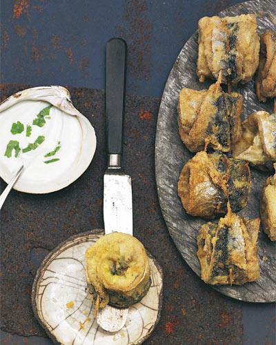 Sie lebt in großen Schwärmen in der Nordsee und im Atlantik, ist sehr fett und sehr gesund. Man kennt sie meist geräuchert. Wir haben frische Filets mit Kräutern gefüllt, in Mehl und Grieß gewendet und knusprig ausgebraten. Dazu gibt's dann frischen Joghurt-Dip. Zum Rezept: Makrelenröllchen mit Wasabi-Joghurt