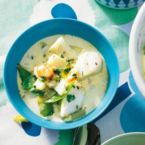 Kabeljau, viel Gemüse von Kartoffeln bis Zuckerschoten, ein guter Schuss Wermut, Sahne und eine schöne Zitronen-Fenchel-Note: Der sämige Eintopf ist zum Niederknien! Zum Rezept: Fischeintopf