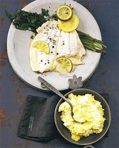 Respekt bitte: Der edle Seefisch (Nordsee, Atlantik, hauptsächlich Aquakultur) ist ein Festtagsfisch. Das zarte feste Fleisch mag nur ein paar Kräuter, Zitrone und Wermut. Zum Rezept: Gedünsteter Steinbutt