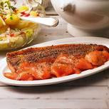 Weil Geschmack Muße braucht, ruhen die Filets zwei Tage lang in einer Marinade aus Holunderblütensirup, Gewürzen und Zitrone. Zum Rezept: Gebeizte Lachsforelle