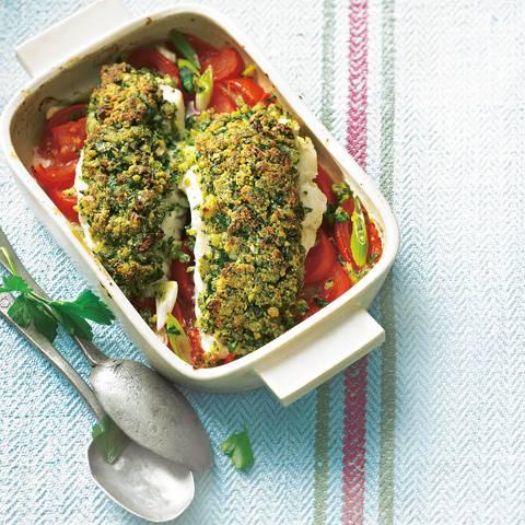 Für das Fischfilet Bordelaise nehmen wir Kabeljau- oder Seelachsfilet. Für die Semmelbrösel das Brot im Mixer selber ganz frisch zerkleinern, dann schmeckt die feine Kruste am besten. Zum Rezept: Fischfilet Bordelaise