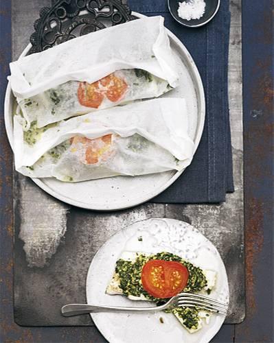 Seit jeher einer der wichtigsten Speisefische in Europa. Wenn er noch nicht geschlechtsreif ist und aus der Ostsee stammt, wird er Dorsch genannt. Das zarte helle Fleisch gart perfekt in Pergamentpapier verpackt und mit einer Kräuterpaste bestrichen. Zum Rezept: Kabeljaufilet mit Kräuterpaste im Papier