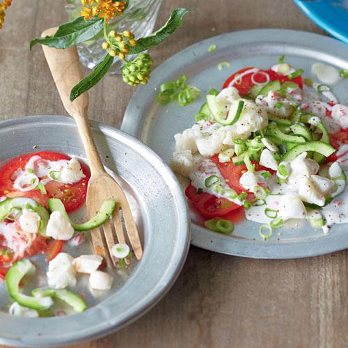 Ceviche stammt ursprünglich aus Peru und ist ein Gericht aus roh mariniertem Fisch. Wir legen ihn diesmal karisch ein ? raffiniert mit Zitrone, Kokos und Ingwer.Zum Rezept: Ceviche auf Gemüse
