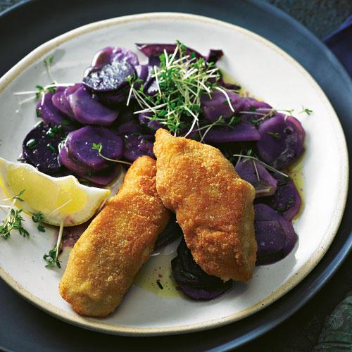 Kleine Dinge machen den Unterschied ? und mit der hübschen, cremig schmeckenden ?Blauen Anneliese? wird der Soulfood-Klassiker elegant. Zum Rezept: Backfisch mit blauem Kartoffelsalat