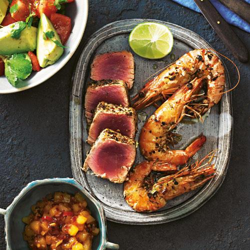 Bevor Tunfisch und Garnelen kurz ins heiße Öl gehen, haben wir sie mit einer fruchtig-scharfen Gewürzmischung karibisch fein gemacht. Zum Rezept: Carib Tuna mit Avocadosalat und Ananas-Chutney