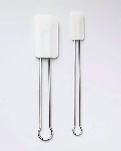 Torten backen: Restlos leer wird die Rührschüssel mit einem Teigschaber. Damit lassen sich nicht nur die Reste leicht auskratzen, sondern die Masse lässt sich gleich auch noch glätten.