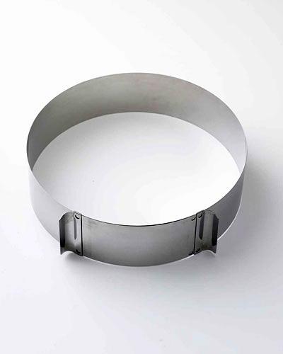 Torten backen: Wer hochgetürmte Torten-Kunstwerke schaffen will, braucht einen Tortenring. Der sorgt dafür, dass die Torte in Form bleibt, bis die Füllung fest geworden ist.