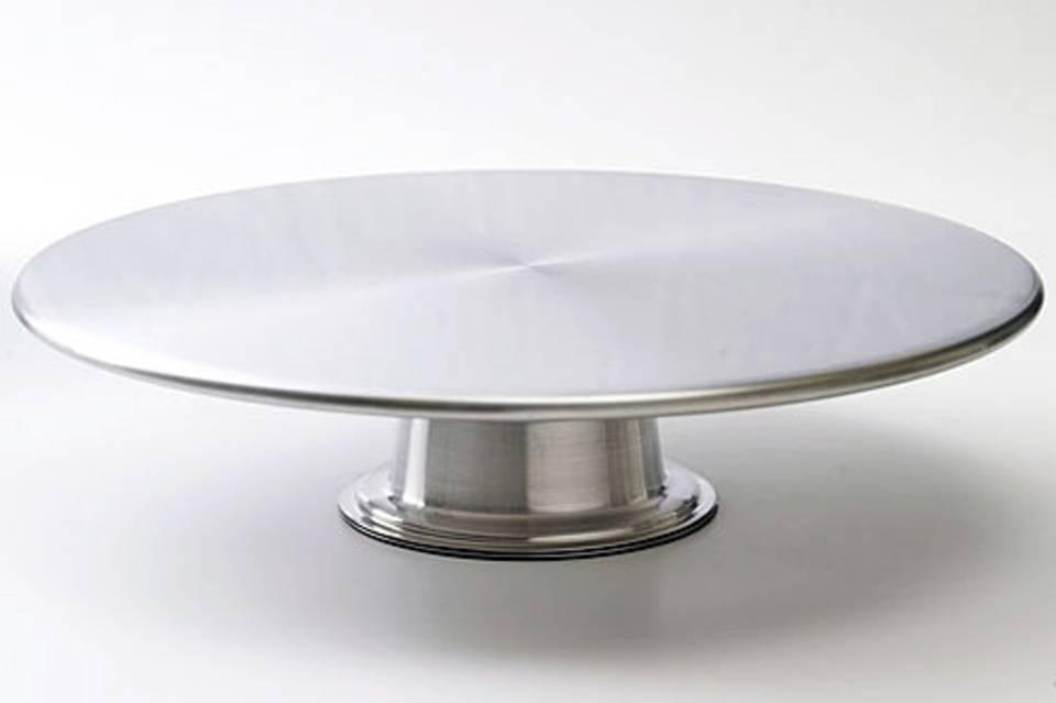 Eine schöne Torte will stilvoll serviert werden - zum Beispiel mit dieser Tortenplatte aus Edelstahl.