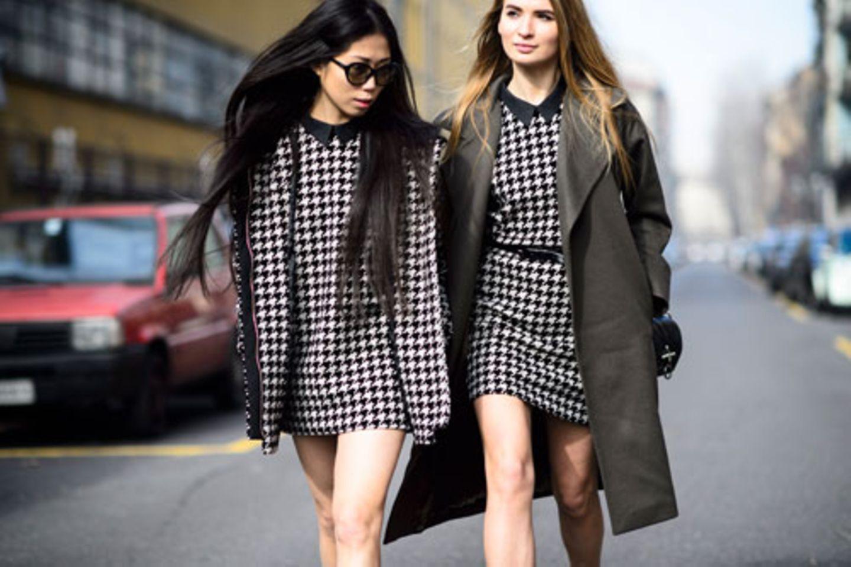 """Fashion Week! Das bedeutet nicht nur aufregende Schauen auf dem Laufsteg - wie die von Dolce & Gabbana und ihre Hommage an die italienische Mutter - sondern auch Streetstyle-Zirkus in den Straßen der Modestädte. Fotograf Adam Katz Sinding, der mit seinem Blog Le 21ème bekannt wurde, ist immer mitten im Getümmel und stets auf der Suche nach den heißesten Streetstyles. Auf den Straßen Mailands entdeckte er während der Fashion Week Muster-Mix, Metallic-Farben, Minikleider mit langen Mänteln kombiniert (eine echte Fashionista trotz offensichtlich den Temperaturen) - und auch die Trendfarbe Marsala. Drei Fragen an Adam Katz Sinding zur Fashion Week: Was war dein bestes Erlebnis auf der Fashion Week? Heute, kurz vor der Louis Vuitton Show! Das Licht passte perfekt und mit dem Meisterwerk von Frank Gehry im Hintergrund bekommt man fast immer ein gutes Bild. Welche Streetstyle-Trends konntest du ausmachen? Ich bin generell kein Freund von Trends, aber mir sind die vielen Denim-Pieces aufgefallen. Auch ist der Sneaker-Trend ungebrochen, es geht aber jetzt mehr in die Richtung der Klassiker à la Adidas """"Superstar"""". Rot hat auch sehr dominiert – ist aber ganz schlimm zu fotografieren. Stach jemand mit seinem Outfit richtig hervor? Tanya Jones (""""L'Officiel Italia"""" Fashion Director) – ich kenne sie nicht persönlich, aber ihr Style ist einfach grandios. Oft wird sie von dem Journalisten Angelo Flaccavento begleitet, der ebenfalls immer herausragend gekleidet ist."""