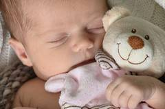 Baby mit Bär