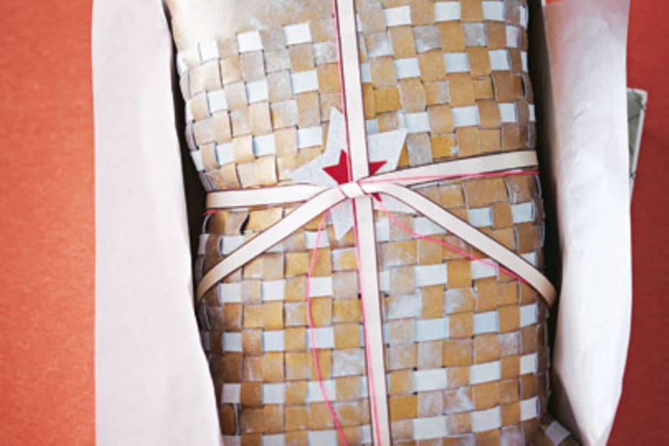 Dieses Kissen aus Ziegenleder können Sie selber machen. Es hat eine interessante Weboptik aus grauem und goldfarbenem Leder. Zur Anleitung: Kissen aus Ziegenleder selber machen.