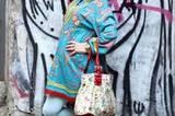 Wow, was für eine Frau: Marilyn Sokol ist Sängerin, Schauspielerin und Kabarettistin. Seit sie Ihre Haare nicht mehr färbt und auf natürliches Grau setzt, trägt Marilyn gern auffällige Muster und starke Farben.