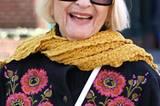 Mit so gut gelaunter Mode geht selbst an grauen Wintertagen die Sonne auf. Bei ihrem Spaziergang durch das West Village punktet diese New Yorkerin mit großer Sonnenbrille, goldgelbem Schal und einer schwarzen Strickjacke mit blumigen Stickereien.