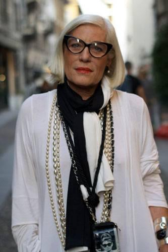 Modetrends aus Manhattan: Die Butterfly-Brille passt super zum Pagenkopf. Und ihr Stilvorbild Audrey Hepburn trägt sie auch gleich um den Hals.