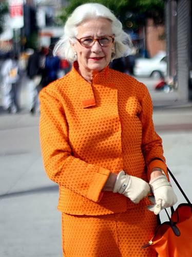 Modetrends aus Manhattan: Ein echter Hingucker: Die Madame aus St. Tropez war zu Besuch in New York und trug ein orangefarbenes Neopren-Kostüm der französischen Designerin Elizabeth de Senneville.