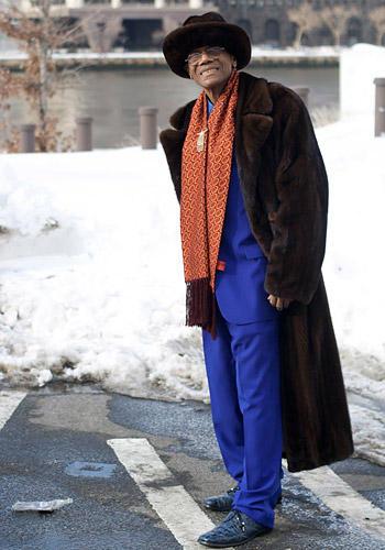 Modetrends aus Manhattan: Ein Dandy macht blau: Anzug, Hemd, Schuhe und selbstverständlich auch die Socken stimmt dieser Mode-Fan aus New York perfekt aufeinander ab - und das jeden Tag aufs Neue. Die jungen Männer, erzählte er Ari Seth Cohen, legten darauf ja leider keinen Wert mehr. Zum kobaltblauen Anzug trägt er einen Pelz-Hut mit passendem Mantel.
