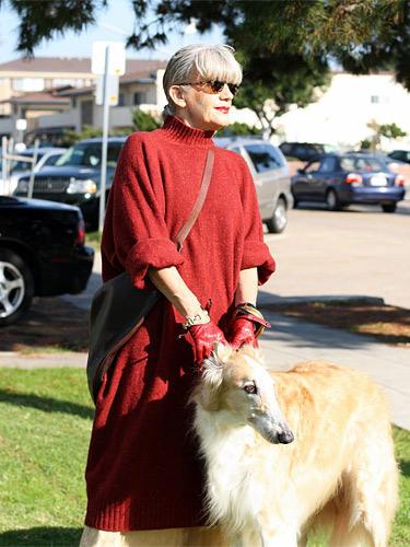 """Modetrends aus Manhattan: Lubi lässt sich im sonnigen San Diego mit Hund und Sonnenbrille fotografieren. Sie mag die Farbe Rot und empfindet ihr silbergraues Haar als """"wundervolles Mysterium"""".     Mehr bei BRIGITTE-woman.de New York Style: Mode im Big Apple Streetstyle: Die Looks aus Paris Streetstyle Berlin: Alle mal herschauen!"""