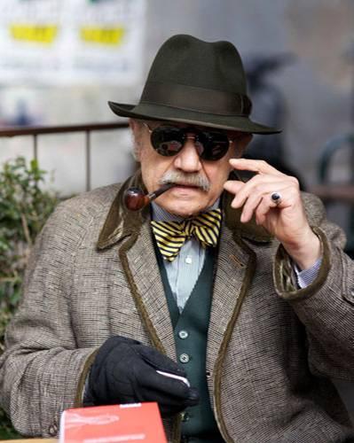 """Modetrends aus Manhattan: In Rom gab Ari Seth Cohen ein Seminar zum Thema """"Advanced Style"""" - und natürlich zog er auch mit seiner Kamera durch die Stadt. In einem Straßencafé entdeckte er auch diesen Pfeifen-Fan im Vintage-Anzug."""