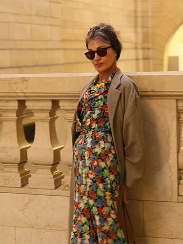 Modetrends aus Manhattan: Jenny wurde in der Grand Central Station fotografiert: Sie trägt ein Blumenkleid, eine Kamelhaarjacke und eine Sonnenbrille von Ray Ban.