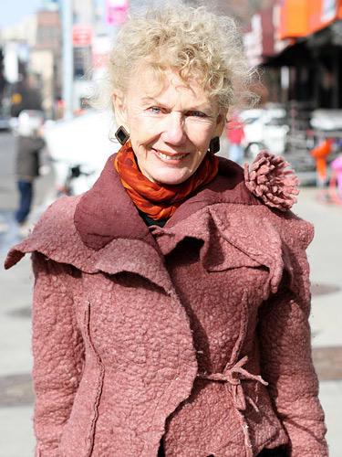 Modetrends aus Manhattan: Eine Jacke aus pinkfarbenem Filz ist etwas besonders. Diese Jacke hat noch dazu eine besondere Geschichte: Sie stammt aus einem kleinen Laden in Litauen, den die modebewusste Besitzerin während eines Urlaubs entdeckt hat.