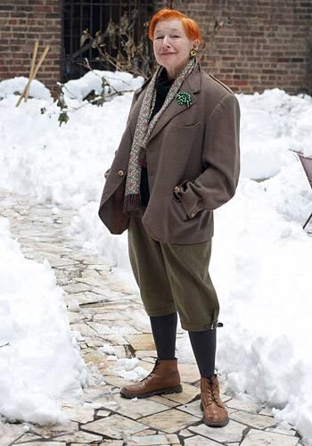 """Modetrends aus Manhattan: Die Schriftstellerin Alice Carey kombiniert Knickerbocker-Hosen mit flachen Schnürschuhen, einer Jacke mit Goldknöpfen und grell gefärbter Kurzhaarfrisur. Was ihren persönlichen Stil beeinflusst hat? Ihre Kindheit. Die Mutter, eine irische Einwanderin, arbeitete in den 1950er Jahren als Dienstmädchen bei einer gut betuchten Familie der New Yorker Bohème. So tauchte die kleine Alice ein in eine Welt der modischen Extravaganz und lernte: """"Du kannst sein, wer du willst."""" Ein Motto, dem sie bis heute treu geblieben ist."""