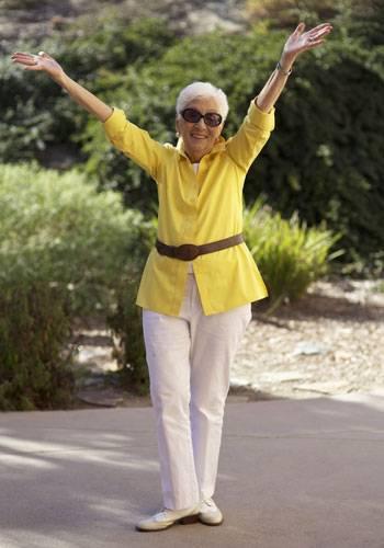 Modetrends aus Manhattan: Hello Sunshine! Marjorie ist sagenhafte 91 Jahre alt und erst kürzlich mit ihrem Mann nach Kalifornien gezogen, wo auch dieses Foto entstand. Das Geheimnis ihrer guten Laune? Vielleicht ja die Tatsache, dass sie seit 70 Jahren verheiratet ist.