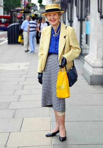 Modetrends aus Manhattan: Auf Einladung eines britischen Kaufhauses reiste Ari Seth Cohen nach London, um sich dort unter den ergrauten Trendsettern umzusehen. Eine seiner Bekanntschaften war diese Dame, zeitlos elegant mit Pepita-Rock und Sommerhut. Mit ihr würden wir uns liebend gern zum 5-Uhr-Tee verabreden.