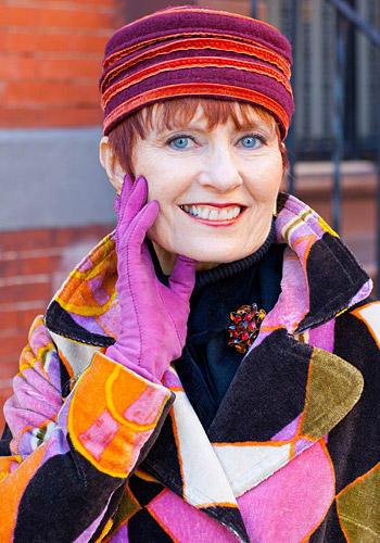 Modetrends aus Manhattan: Judith Boyd ist selbst Bloggerin und mag es - wie unschwer zu erkennen ist - gern kunterbunt. Sie ersteht einen Großteil ihrer Garderobe in Second-Hand-Läden und bei privaten Garagen-Verkäufen. Judith glaubt daran, dass wir überall kleine Schätze finden können, wenn wir nur genau hinschauen. Den Patchwork-Mantel hat sie vor Jahren von einem Freund geschenkt bekommen. Der hatte ihn auf dem Müll entdeckt.