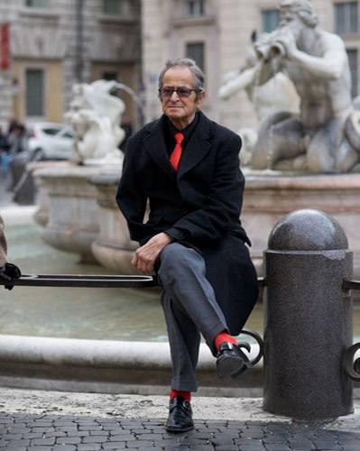 Modetrends aus Manhattan: Rote Akzente in Rom: Nahe der Piazza Navona fotografierte Ari Seth Cohen einen Herrn mit Mut zur Farbe.