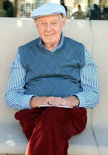 """Modetrends aus Manhattan: Mit dunkelroten Cordhosen, gestreiftem Hemd, Pullunder und Mütze gibt dieser Gentleman ein Paradebeispiel für den derzeit sehr angesagten """"Preppy Style"""" ab. Blogger Ari Seth Cohen erzählte er, dass er nicht besonders auf sein Äußeres achte und das anziehe, """"was gerade herumliegt"""". Wer's glaubt..."""