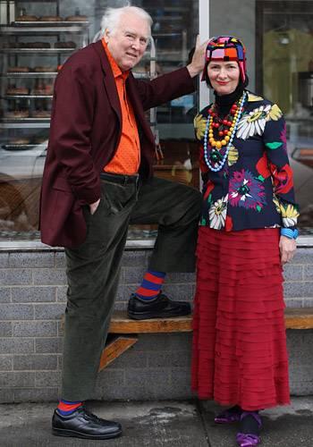 Modetrends aus Manhattan: Draußen ist es kalt und grau? Uns doch egal, scheint sich dieses Paar gedacht zu haben - dann machen wir uns das Leben eben selbst bunt. Richard Cramer und Carol Markel sind Künstler, kennengelernt haben sie sich an der Schule, an der Richard damals unterrichtete. Seit 1985 leben die beiden in New York. Richard arbeitet an großflächigen Werken mit bunten Vögeln in Industrielandschaften, Carols bevorzugtes Motiv sind derzeit edel gekleidete Damen.