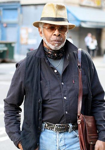 """Modetrends aus Manhattan: Großstadt-Cowboy? Oberstudienrat? Der Herr aus New York ist modetechnisch irgendwo zwischen diesen beiden Polen einzuordnen. Tatsächlich ist er Musiker, er spielt Saxophon in einer Bebop-Band. Und sagt über seinen Stil: """"Ich ziehe einfach an, was sich richtig anfühlt."""""""