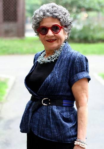 Modetrends aus Manhattan: Die 70-jährige Mary ist eine alte Bekannte. Ari Seth Cohen hat sie schon im New Yorker East Village fotografiert. Jedes Mal aufs Neue kann er sich für ihre hervorragende Accessoire-Auswahl begeistern. Zum blauen Jäckchen trägt Mary eine kreisrunde rote Sonnenbrille. Mode ist für sie eine Form des persönlichen Ausdrucks. Deswegen gibt sie auch keine Mode-Tipps. Nur so viel verrät sie: Wenn es oben bunt und wuselig zugeht, sollte man unten schlichte und einfarbige Teile tragen.