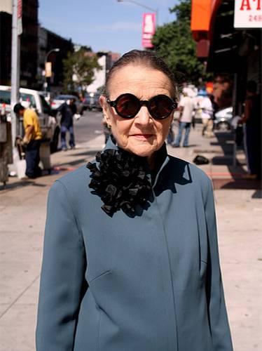 Modetrends aus Manhattan: Ihre streng geschnittene graue Jacke verziert diese New Yorkerin mit einer auffälligen schwarzen Rüschenbrosche.