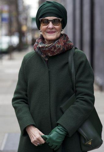 Modetrends aus Manhattan: Ganz in Grün war diese Spanierin auf der Madison Avenue in New York unterwegs. Besser können Accessoires nicht aufeinander abgestimmt sein!