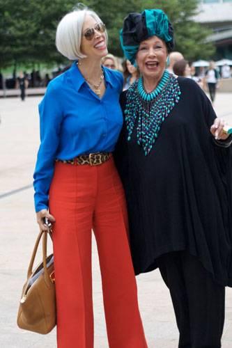 Modetrends aus Manhattan: Gute Farben, gute Laune! Und von Accessoires verstehen die beiden auch eine Menge.