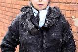 Carole mit extravagantem Make-up, silbernem Ohrschmuck und einer selbst entworfenen und gestrickten Kaschmir-Jacke.