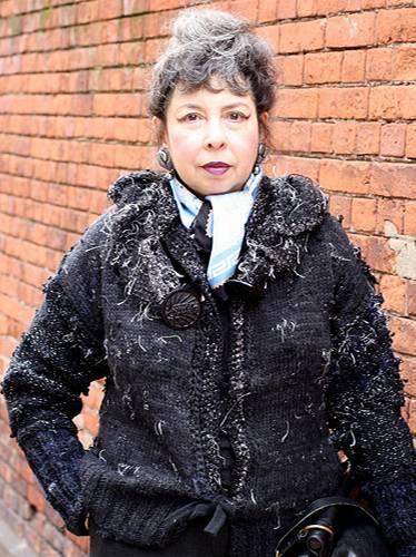 Modetrends aus Manhattan: Carole mit extravagantem Make-up, silbernem Ohrschmuck und einer selbst entworfenen und gestrickten Kaschmir-Jacke.