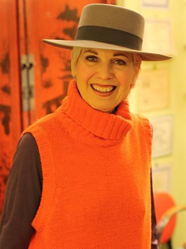 Modetrends aus Manhattan: Debra ist Künstlerin und liebt es, mit Farben und Materialien zu spielen. Was sie auch tut, sie tut es mit Stil - ins Kino gehen zum Beispiel. Für diesen Anlass greift sie zum Hut und einem orangefarbenem Pullunder.