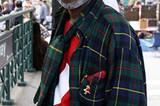 """Was für ein Dandy: Eigentlich heißt er Bill Boiz, doch meistens nennt sich dieser modebewusste Mittfünfziger Prince Williams. In New Yorker Modekreisen ist er bekannt wie ein bunter Hund - kaum verwunderlich bei der wagemutigen Kombination aus Karomuster und Knallrot. """"Die Männer heutzutage kleiden sich viel zu nachlässig"""", findet Boiz."""