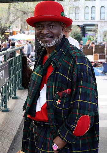 """Modetrends aus Manhattan: Was für ein Dandy: Eigentlich heißt er Bill Boiz, doch meistens nennt sich dieser modebewusste Mittfünfziger Prince Williams. In New Yorker Modekreisen ist er bekannt wie ein bunter Hund - kaum verwunderlich bei der wagemutigen Kombination aus Karomuster und Knallrot. """"Die Männer heutzutage kleiden sich viel zu nachlässig"""", findet Boiz."""