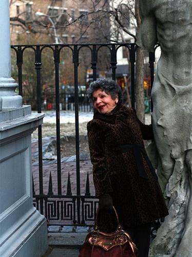 Modetrends aus Manhattan: Im East Village posiert Mary mit einem hübschen Mann an ihrer Seite. Auf dem Foto leider nicht zu sehen: ihre verrückt gemusterten Strümpfe. Fred Astaire habe schließlich auch nie einfache schwarze Socken getragen, erklärt sie.