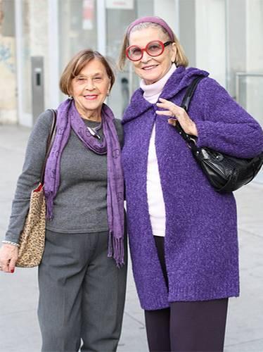 Modetrends aus Manhattan: Diese beiden Damen verbindet nicht nur ein Faible für die Farbe Lila, sondern auch das gemeinsame Interesse an Kunst. Sie arbeiten im MoMA und sind gerade auf dem Weg ins New Museum, um gemeinsam die neueste Ausstellung anzuschauen.