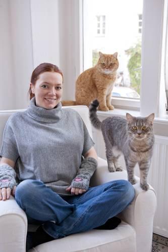 Die Schriftstellerin Zoë Beck mit Mieps und Oscar.